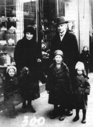 Helena i Bogumił Hoffmannowie z dziećmi, nauczyciele gimnazjum i historycy regionu, mieszkali przy ul. Człuchowskiej 55 (obecnie nr 31)