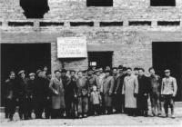 Rok 1958, odbudowa domu przy ul. Człuchowskiej 33. Ekipa robotników MPR-B, Zarząd i Rada Nadzorcza SM, przedstawiciele władz miejskich