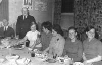 Zakończenie kursu gotowania w 1971 roku. Stoi Albin Makowski.